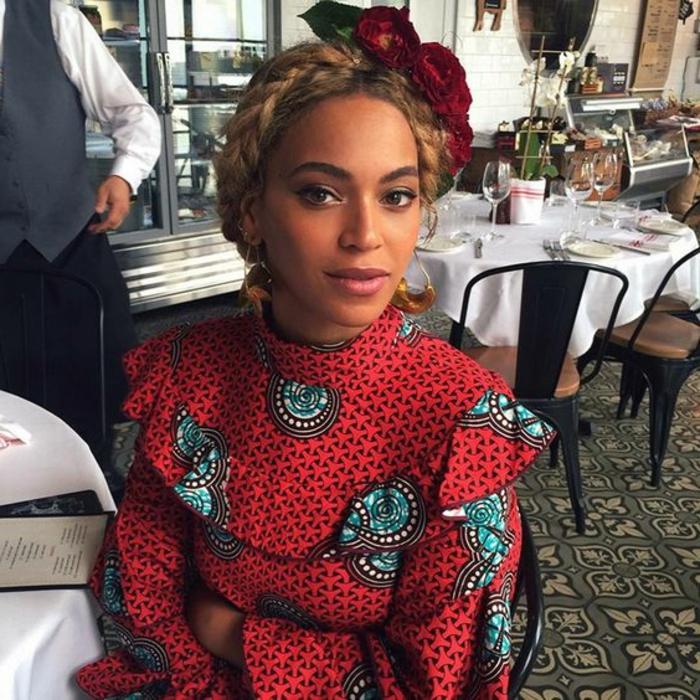 Beyonce luciendo un vestido en estilo boho chic en color rojo, imagines de diseños de vestidos etno