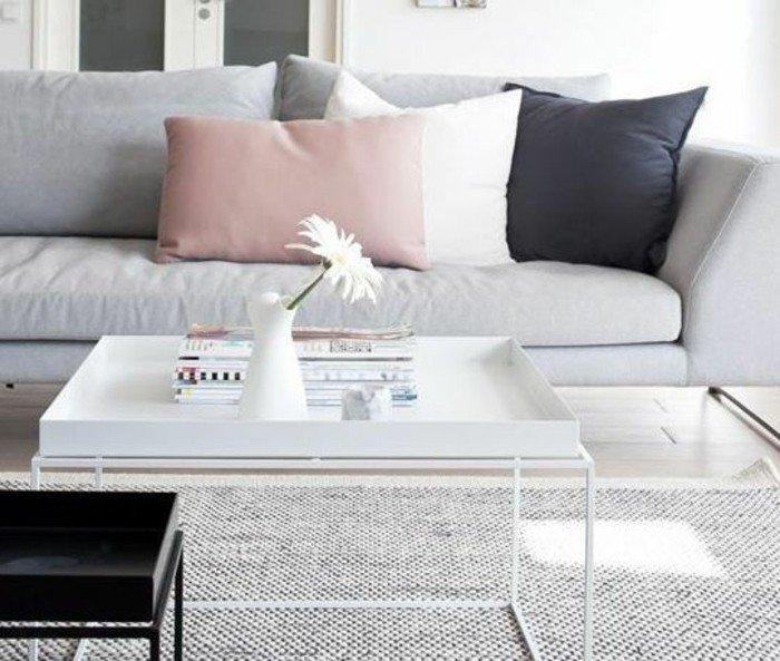 ejemplos de colores que combinan con gris, almohadas en rosado, blanco y negro