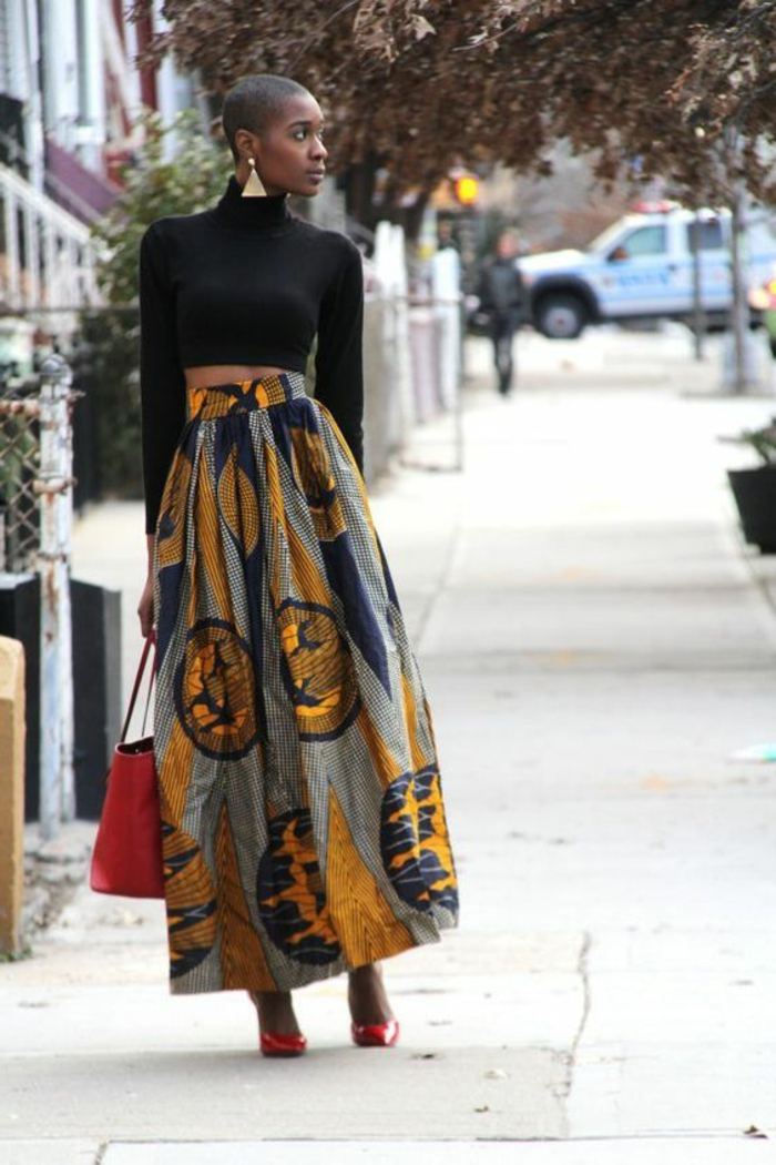 precioso outfit en estilo boho chic, con falda maxy con motivos etno y blusa negra, grandes pendientes en color dorado