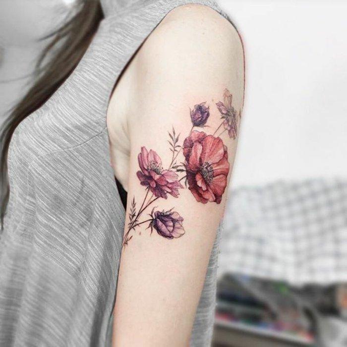 bonitas flores en rojo y rosado tatuadas en el brazo, flor de loto tatuaje, originales propuestas