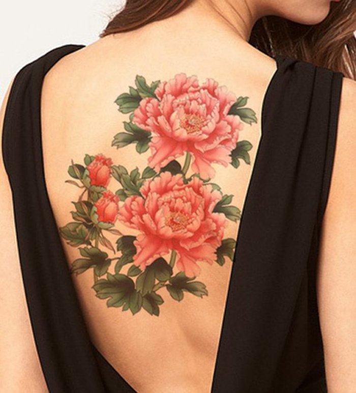 imagines de tattoos con flores coloridos. grande tatuaje con flores max en la espalda, diseños originales