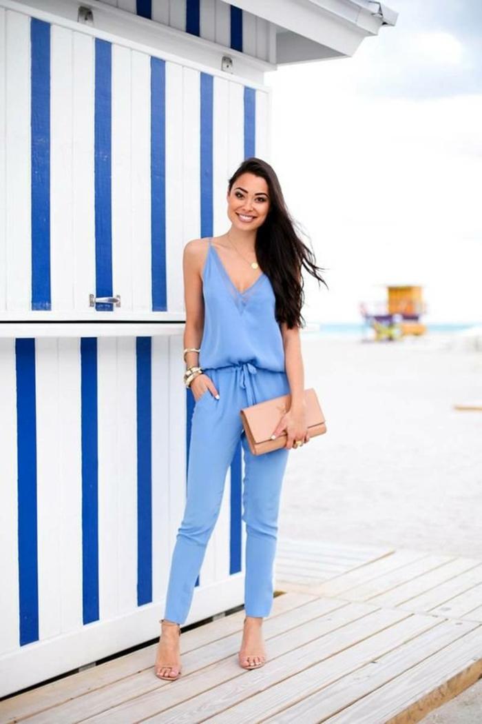 mono en color azul claro con bonito bolso en color crema, mujer con pelo muy largo suelto