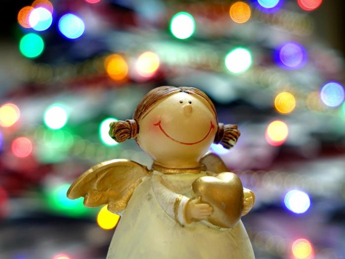 adorno navideño en forma de angel n blanco y dorado, angel con corazon, felicitar la navidad a alguien especial