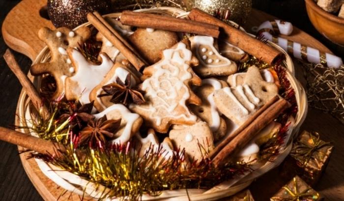 ideas de tarjetas de navidad originales con pasteles navideños, galletas de jengibre decoradas