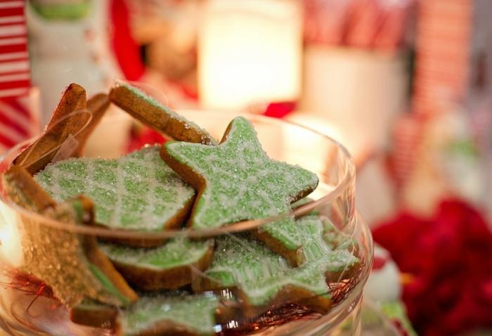 galletas de jengibre decoradas con glaseado en blanco y verde brillante, tarjetas de navidad originales