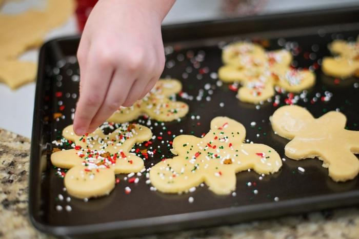 como hacer galletas navideñas en forma de muñecos de jengibre, chispas de azúcar coloridas