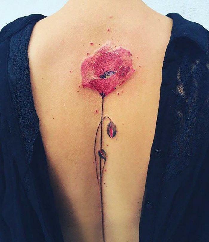 precioso tatuaje en la espalda, tatuajes flores preciosos, diseños originales, delicados y femeninos