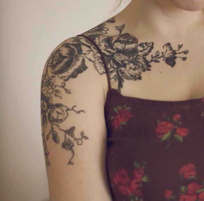preciosos diseños de tatuajes de flores para mujeres y significados de las flores, tatuaje negro en el hombro