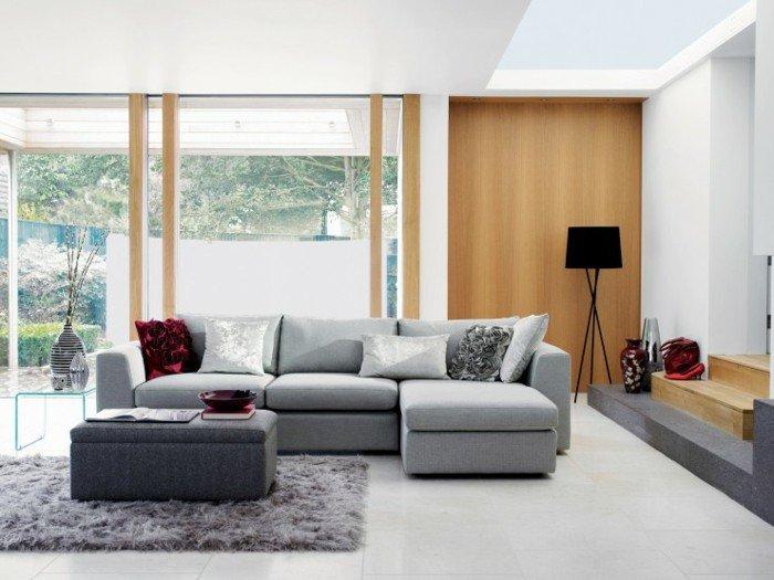 preciosa decoración salón en color gris perla, paredes blancas y acabados de madera
