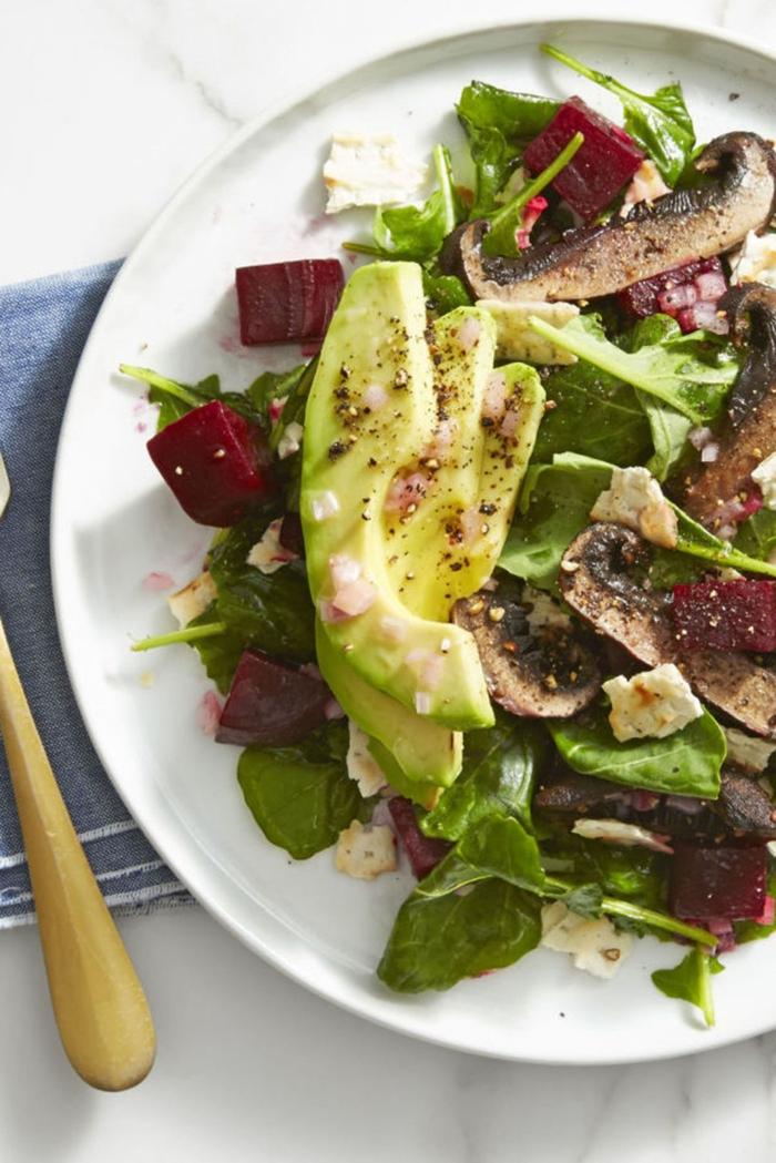 ensaladas verdes con ingredientes nutritivos, rebanadas de aguacate, trozos de remolacha cocida y hongos, recetas navideñas sencillas
