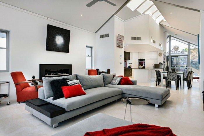 grande salón decorado en blanco, gris y rojo fuego, decoración en color gris perla