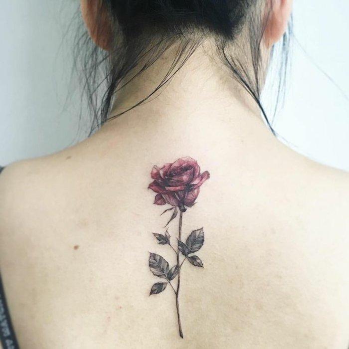 los mejores ejemplos de tatuajes de rosas en imagines, grande rosa tatuada en la espalda