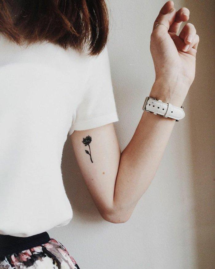 pequeño detalle tatuado en el brazo, tatuajes de rosas bonitos, diseños de tatuajes femeninos