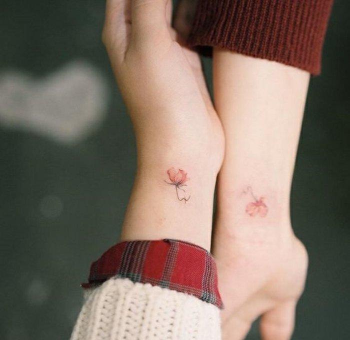 preciosas propuestas de tatuajes para hermanas y mejores amigas, tattoos minimalistas en la muñeca