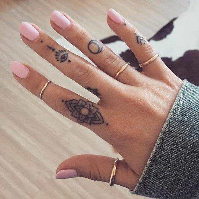 tatuaje flor de loto pequeño, tatuajes pequeños cargados de grande simbolismo, tattoos flores