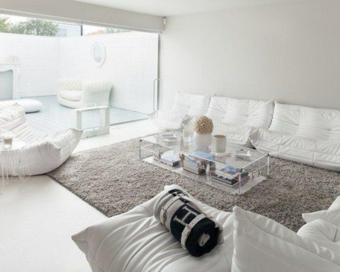 espacio en estilo escandinavo, salón en banco con alfombra en color gris perla, alfombra peluda en gris