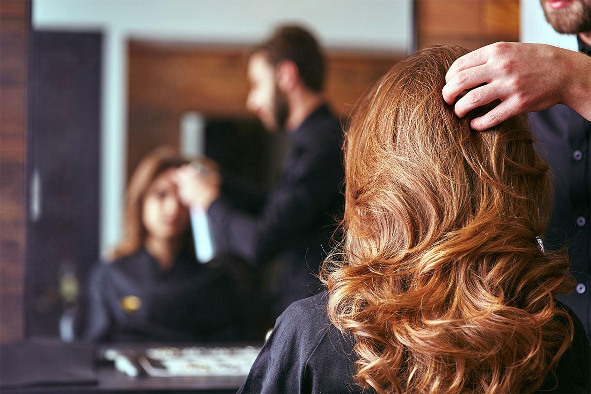 larga melena rizada con mucho volumen, propuestas sobre peinados elegantes para ocasiones especiales