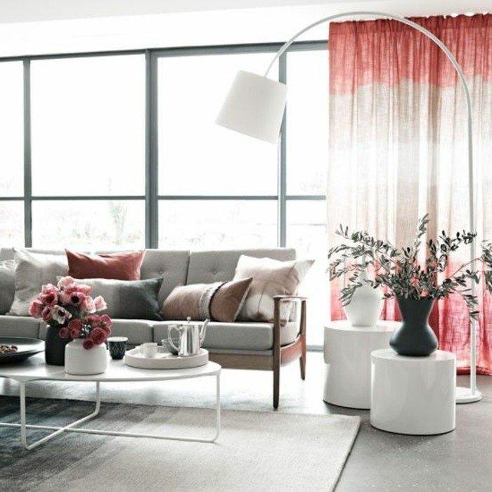 decoracion salon moderno en colores neutros, sofá en gris, cortinas en beige y rojo, suelo gris