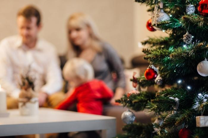 árbol de navidad con adornos navideños, familia de tres personas con un niño, imagines de navidad