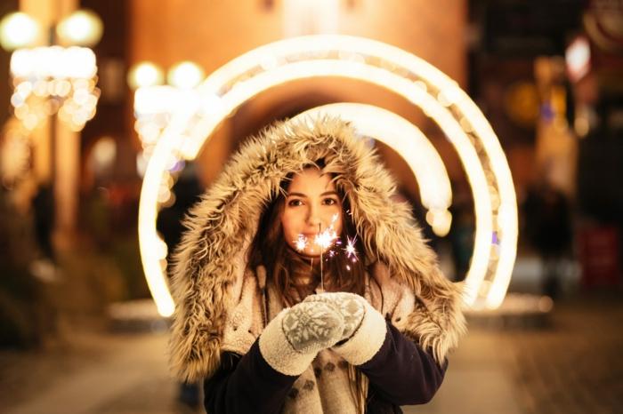 chica con abrigo para el invierno, calles con luces navideñas, paisajes de navidad bonitos