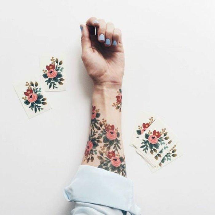 tatuajes en el antebrazo con motivos florales en colores, tatuaje flor de loto y tatuajes de rosas