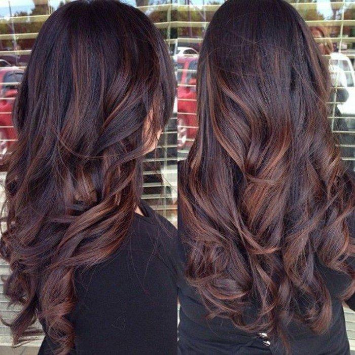 larga melena en color chocolate con mechas más claras, color de pelo para morenas
