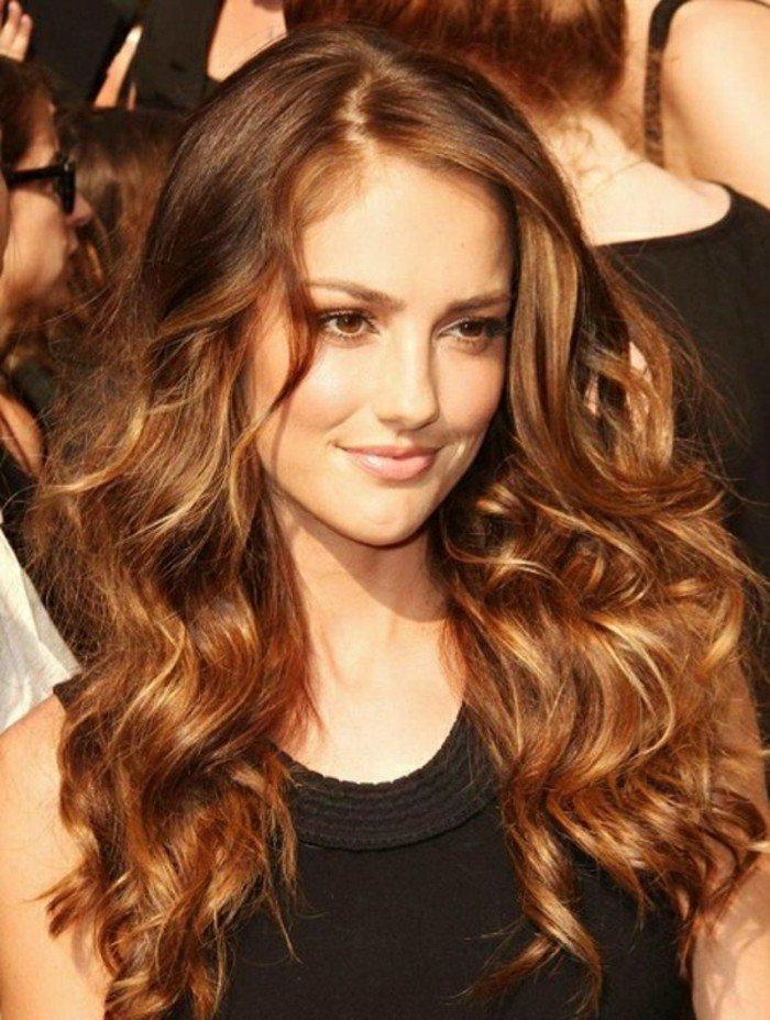 cabellera larga rizada con reflejos, ejemplos de color de pelo para morenas en fotos