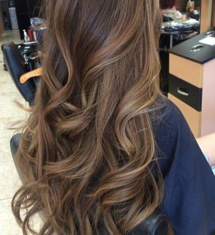 color de pelo para morenas en tendencia, largo cabello con rizos color avellana