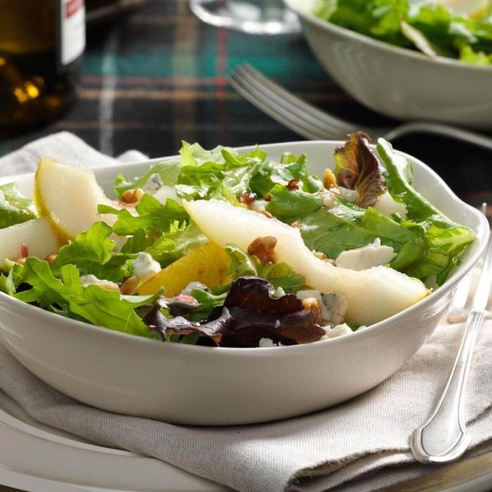 fotos de ensaladas saludables con verduras y frutas, lechuga verde y roja, queso azul y nueces