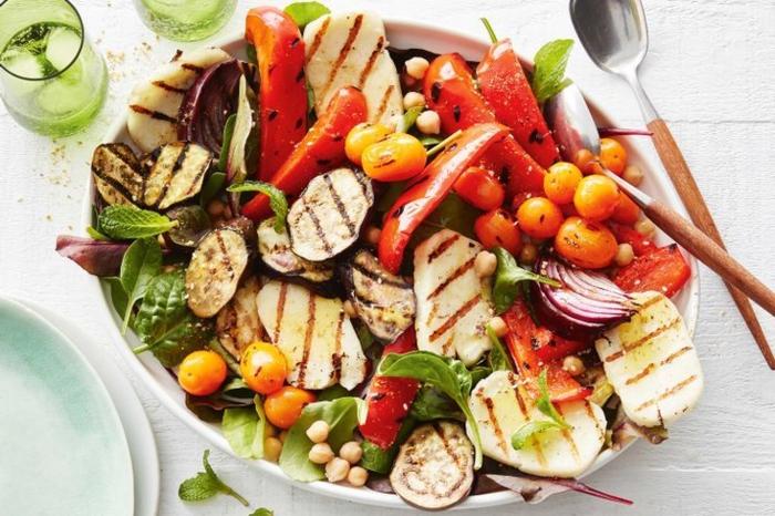 ensalada rica y saludable con legumbre a la parrilla, verduras, pimientas rojas, tomates cherry y berenjena