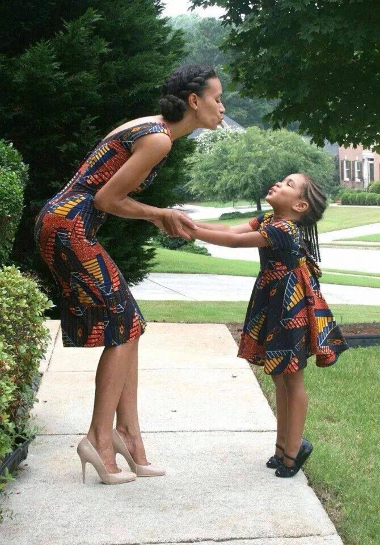 preciosos diseños de vestidos africanos en colores terrestres, madre e hija con vestidos similares