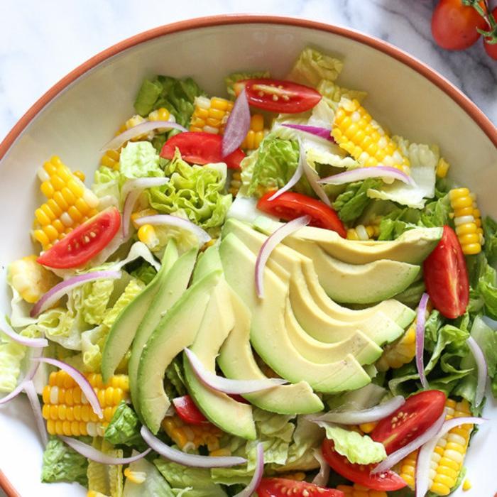 ensaladas saludables con lechuga, tomates, aguacates, maíz y cebolla roja, recetas de ensaladas saludables