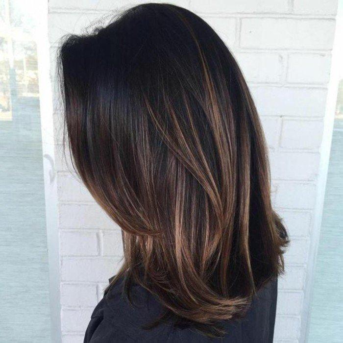 ideas de mechas balayage pelo oscuro, media melena color oscuro con reflejos