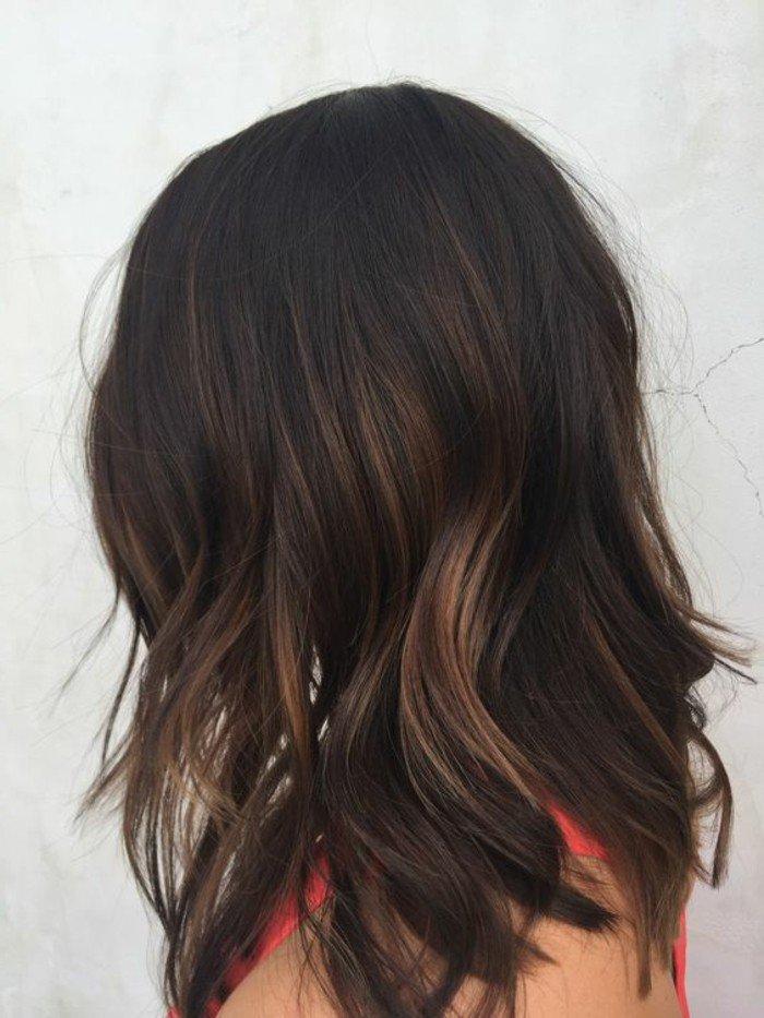 cabelleras con mechas, mechas balayage pelo oscuro, media melena ondulada