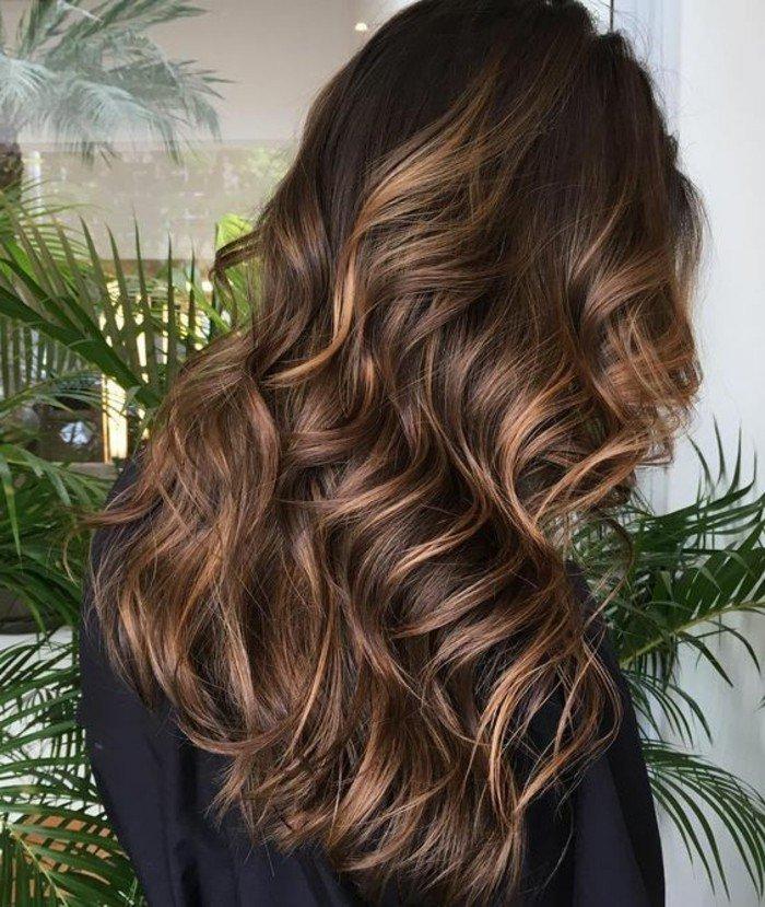 ejemplos de mechas balayage pelo oscuro, larga melena ondulada con mucho volumen
