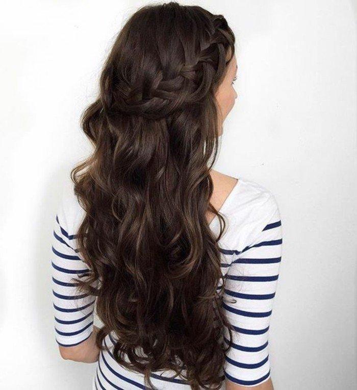 bonito semirecogido trenzado con ondas, pelo castaño con mechas, cabellera super larga