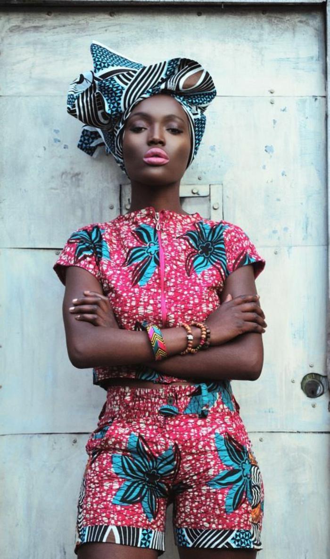 outfit etno en colores llamativos, mono con pantalon corto, diseño en rojo y azul neón con motivos florales