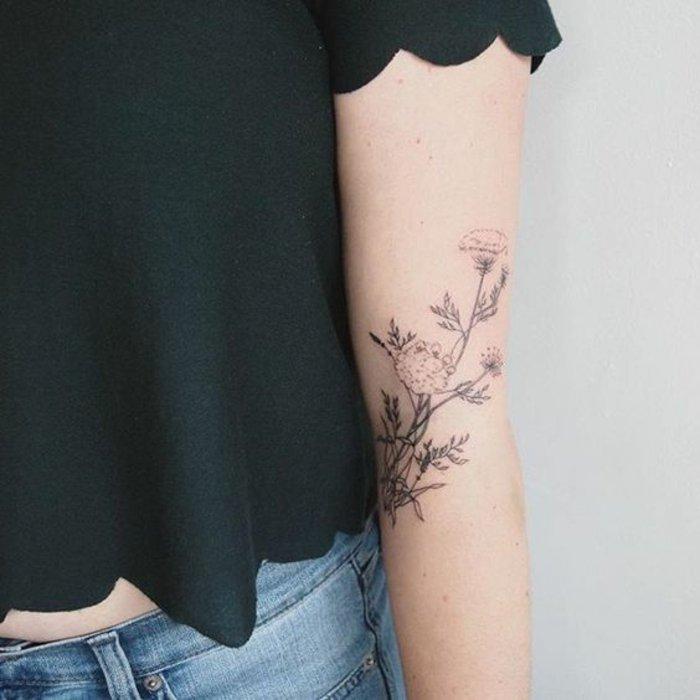 bonito diseño floral en el brazo, tatuaje flor de loto muy delicado, diseños bonitos de tatuajes