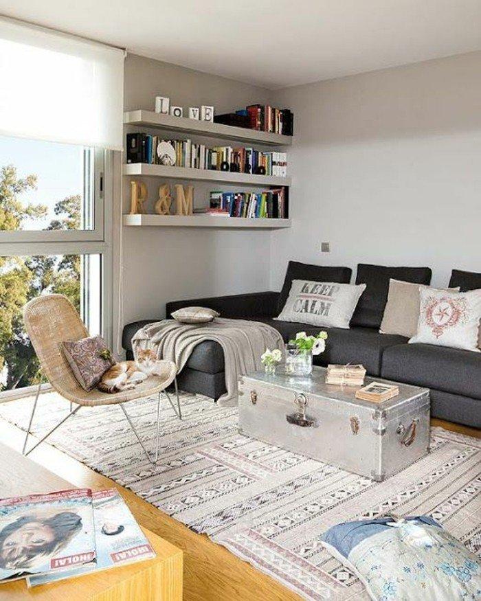 decoracion salon moderno en colores claros, sofá en gris oscuro, alfombra ornamentada