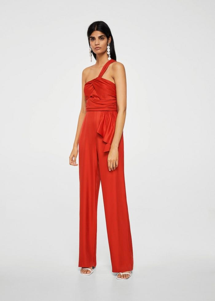 como vestir para una boda de dia, precioso mono en color rojo con parte superior asimétrica