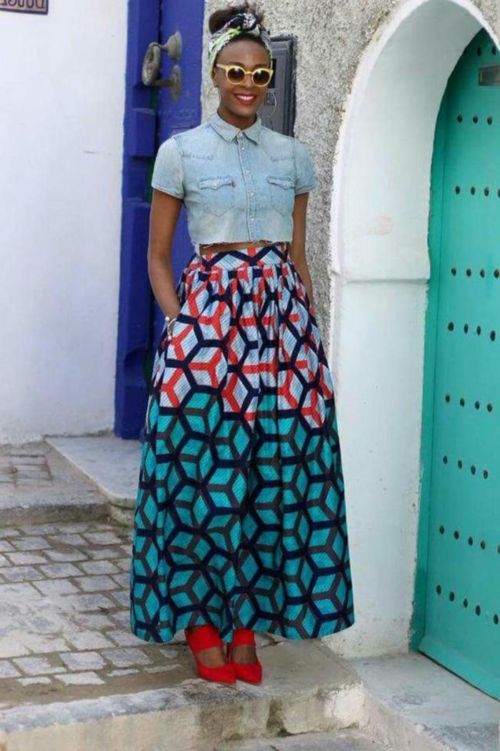 cómo llevar una falda boho chic, preciosa combinación falda maxy con blusa de denim mangas cortas