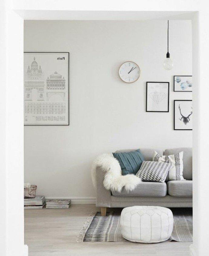 ideas de colores habitacion neutrales, salón moderno en blanco, gris y azul, paredes blancas con cuadros