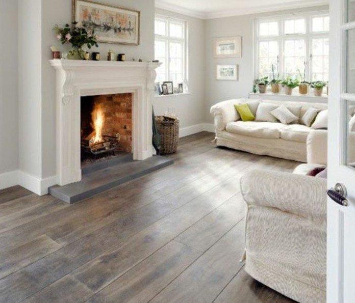 salón con chimenea de leña, suelo de parquet y sofá blanca, ideas de colores habitacion