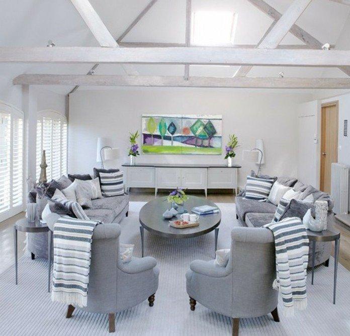 ambiente rústico con vigas blancas en el techo y sillones en estilo vitnage, habitacion gris bonita