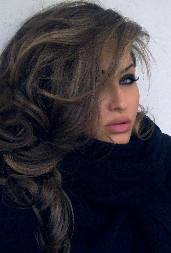 pelo largo ondulado color castaño cobrizo, preciosas ideas de colores de pelo para morenas