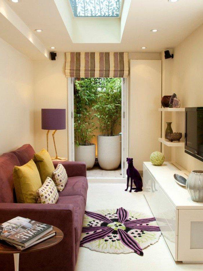 pequeño salon alargado decoracion paredes salon en colores cálidos, sofá en color rojo bordeos