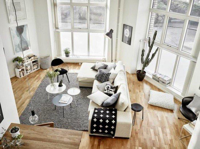 ideas decoracion salon en colores claros, sofá en color beige, suelo de parquet y grandes ventanales