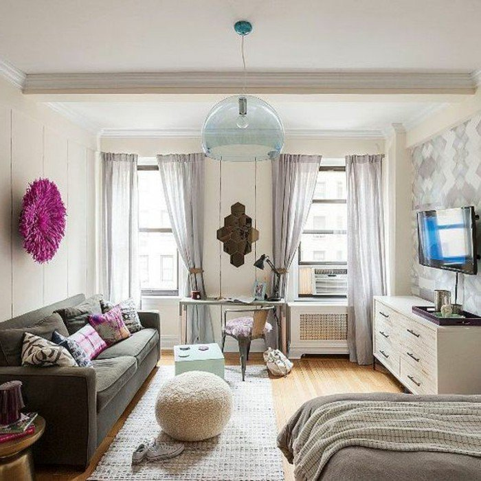 decoracion de salones pequeños en colores neutros, sofá gris, suelo de parquet, cortinas grises
