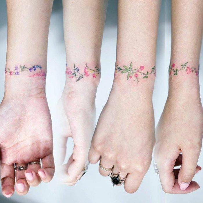 cuatro propuestas de tatuajes en la muñeca con motivos florales, tatuaje pulsera con preciosas flores en colores pastel