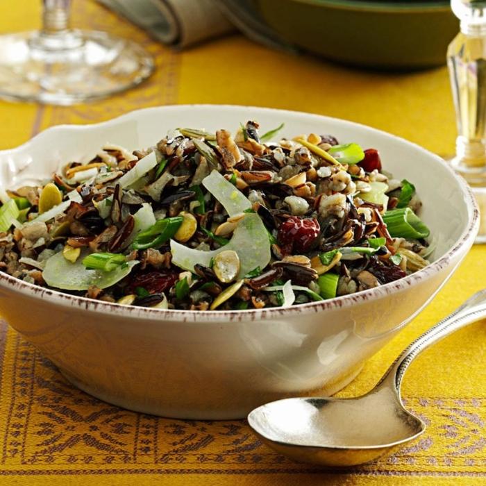 ensaladas saludables para Navidad con verduras, nueces y frutas secas, platos navideños